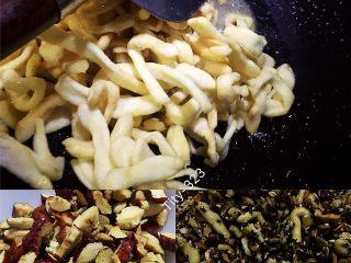 自制沙琪玛,快速将做好的面粉条倒入搅拌,倒入材料速度翻炒混合均匀
