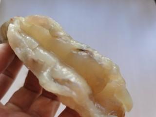 黄油黑椒鲜虾意面,大虾去掉虾壳和虾线。