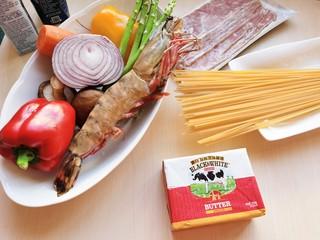 黄油黑椒鲜虾意面,准备所需食材。