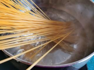 黄油黑椒鲜虾意面,锅里放水烧开,先放入一小勺盐,加盐有助于面条本身入味。再放入意大利面煮熟。
