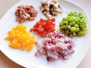黄油黑椒鲜虾意面,将洋葱、蘑菇、红黄椒也都切碎。蔬菜可选择自己喜欢的来放,但洋葱和大蒜不可少。