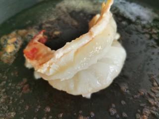 黄油黑椒鲜虾意面,黄油融化后放入大虾,火调低一点,把虾两面煎熟。