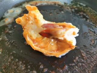 黄油黑椒鲜虾意面,煎熟后盛出备用。