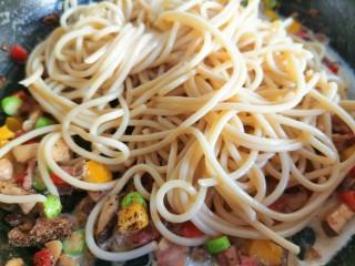 黄油黑椒鲜虾意面,把煮好的面直接放入酱汁中,搅拌均匀,让意面均匀的裹上酱汁,关火后将面盛入盘中,把虾放在上面即可。