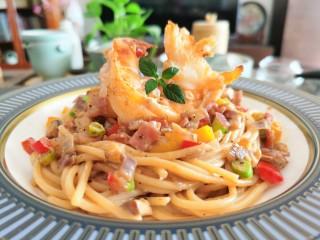 黄油黑椒鲜虾意面,沾满酱汁的面条入味有嚼劲,入口后黄油、黑胡椒和洋葱的后味十足。