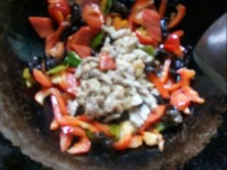 胡萝卜炒木耳,放入肉片大火炒匀。