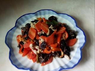 胡萝卜炒木耳,盛入盘中。