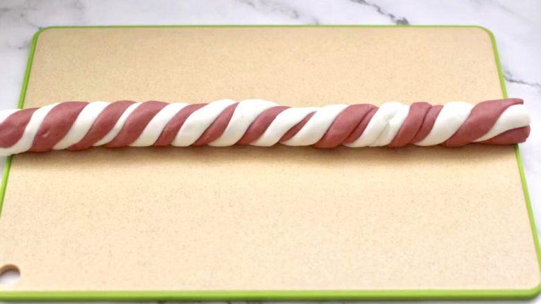 黑糖蜜桔酒酿圆子,把长条像搓麻花一样搓成细长条。