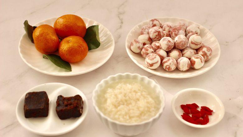 黑糖蜜桔酒酿圆子,搓好芋圆后,准备好其它的食材。