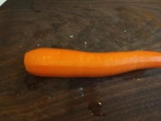 胡萝卜炒木耳,切成旗子块。