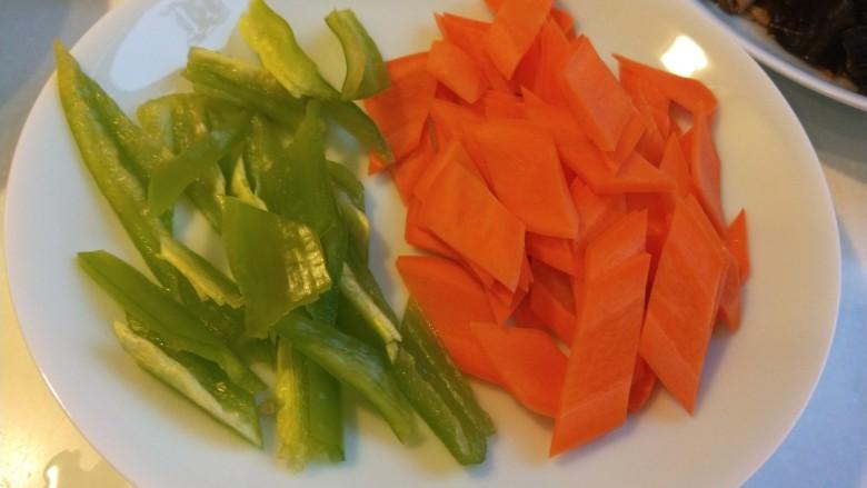 胡萝卜炒木耳,尖椒一个手掰成小块装盘备用。
