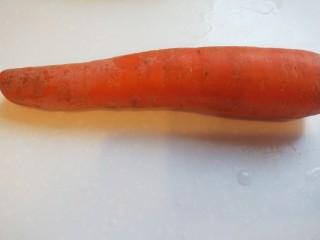 胡萝卜炒木耳,胡萝卜一个洗干净去皮。