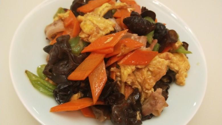 胡萝卜炒木耳,出锅倒入盘中马端上桌了,没等我全部菜炒完就吃完了。