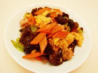 胡萝卜炒木耳,胡萝卜炒木耳。
