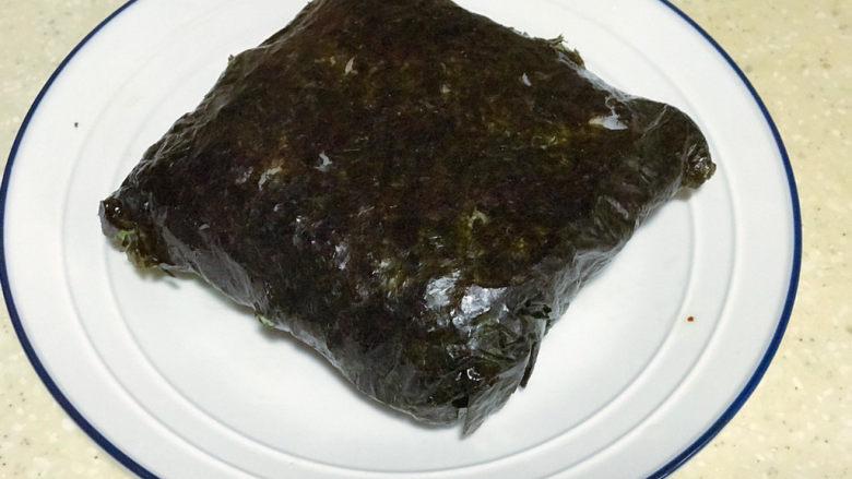 浅湘食光&海苔饭团,包裹好的饭团准备切开