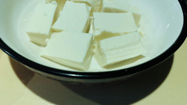 鸡蛋豆腐羹,取一半切小块;