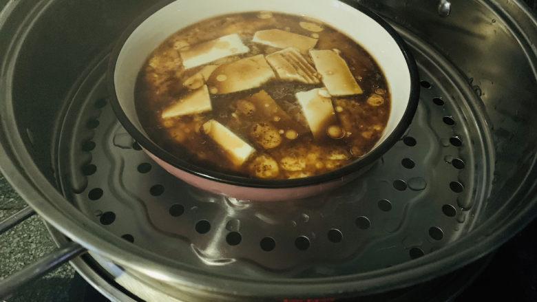 鸡蛋豆腐羹,蛋液成型,加入调料;
