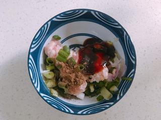 鲜肉饼,把葱花加入猪肉馅中再加少量蚝油和花椒粉拌匀。