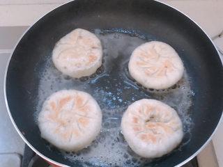 鲜肉饼,等到水收干发出呲呲呲的声音后,就可以翻面。同样加入少量热水。
