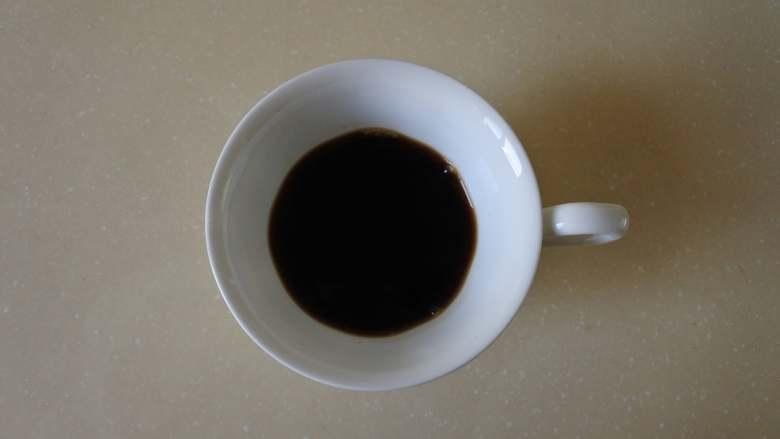 焦糖玛奇朵,零基础也可以完成的雕花咖啡,把冲好的咖啡倒入咖啡杯中半满