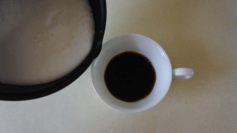焦糖玛奇朵,零基础也可以完成的雕花咖啡, 倒入咖啡中,倒满
