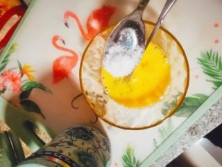 烤蛋奶(送给爱甜口的你们),加入白砂糖,进行搅拌(大约2勺)