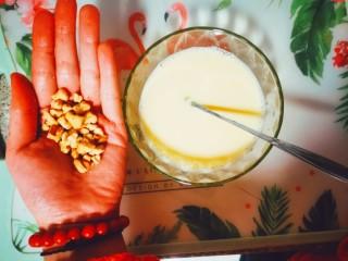 烤蛋奶(送给爱甜口的你们),放入喜欢的坚果进行搅拌