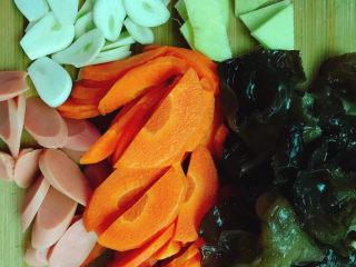 胡萝卜炒木耳,火腿肠切片