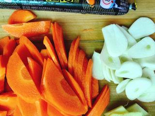 胡萝卜炒木耳,胡萝卜切片、大蒜切片