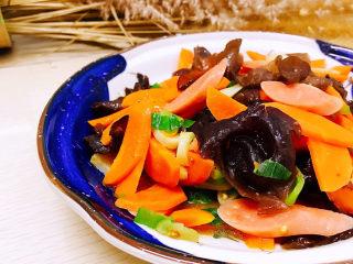 胡萝卜炒木耳,装盘