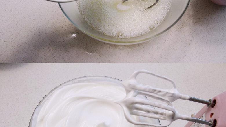 自带情话的红丝绒奶油蛋糕, 4、 打发蛋白霜:将冻至周边有点冰渣的蛋白加入几滴柠檬汁,打至起粗泡后分3次加入50g细糖,打发至提起打蛋头能拉起小弯角的状态。