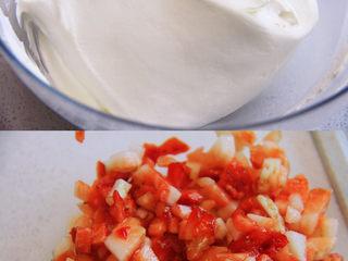 自带情话的红丝绒奶油蛋糕,9、 准备奶油霜:将冷藏奶油霜加入糖和朗姆酒打发至顺滑有纹路状态;草莓去蒂切小块,备用。