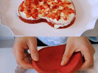 自带情话的红丝绒奶油蛋糕,10、 组装蛋糕:取一片蛋糕放托盘,抹一层奶油后铺一层水果,表面再抹一层奶油,接着放第二片蛋糕,同样加奶油及水果,最后盖好第三片蛋糕,最后在表面放较多的奶油,利用转盘将蛋糕均匀的抹好奶油面。