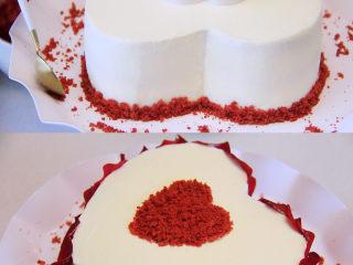 自带情话的红丝绒奶油蛋糕,13、 用一个心形饼干模具对准位置放在蛋糕的中间,在心里面铺满红丝绒蛋糕粒后取掉模具;然后在托盘上用红丝绒蛋糕碎粒围一圈,最后用消毒好的玫瑰花瓣围着蛋糕侧面贴一圈,漂亮的红丝绒玫瑰奶油蛋糕就做好了。