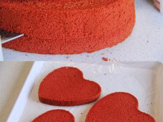 自带情话的红丝绒奶油蛋糕,8、 冷却的蛋糕脱模,分成均匀的3片,盖好备用(可在表面先预留薄薄的一片用于装饰)。