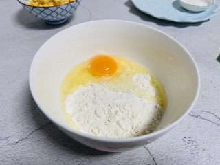 雞蛋玉米餅,打入雞蛋