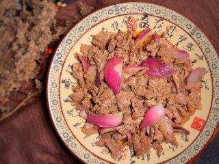 黑胡椒牛柳,炒到肉变色