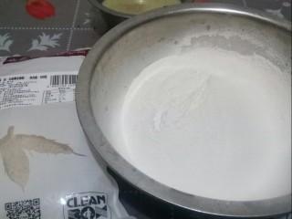 杂粮豆包,用面粉、荞麦面和黑小麦面,加酵母、水和成面团。