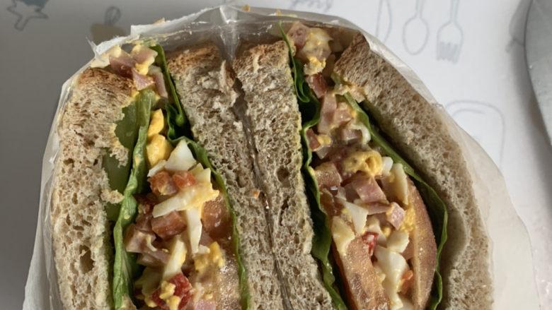 不一样的三明治,用保鲜膜裹着,对半切开就行