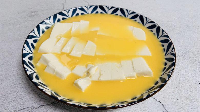 鸡蛋豆腐羹,蛋液淋入豆腐上