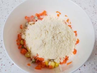 鸡蛋玉米饼,加入玉米饺子粉搅拌均匀。
