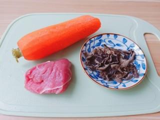 胡萝卜炒木耳,黑木耳买小个的,肉质厚一点的味道好。