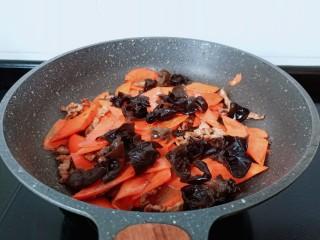 胡萝卜炒木耳,胡萝卜煸炒的微微有点软加入木耳