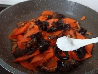 胡萝卜炒木耳,一点点盐