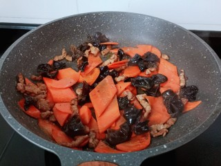 胡萝卜炒木耳,大火将调味料翻炒均匀。