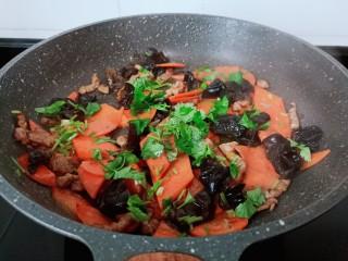 胡萝卜炒木耳,撒点香菜末起锅