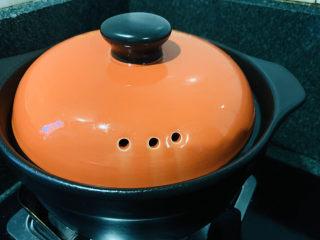 当归黄芪乌鸡汤,转中小火慢熬45分钟,快出锅时加洗净的枸杞,再熬5分钟;