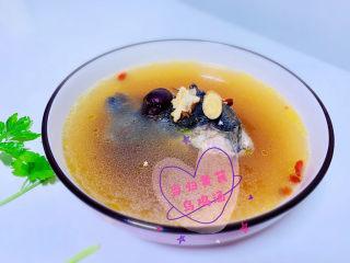 当归黄芪乌鸡汤,出锅加少许盐,装完,就可以喝滋补的当归黄芪乌鸡汤了。