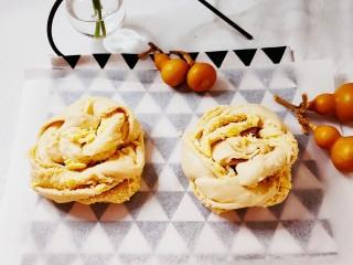 椰蓉面包,编成麻花辫卷起