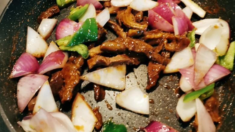 黑胡椒牛柳,放入之前炒好的青椒和洋葱 翻炒均匀 即可关火